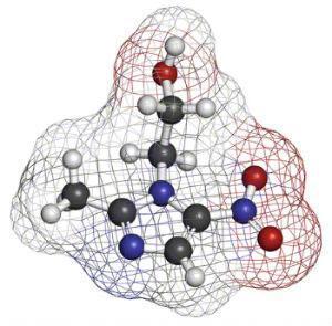 røde og blå molykyler, som viser metronidazols kemiske sammensætning